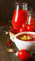Tomatensauce und Gewürze foto
