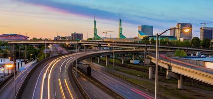 Blick auf den Sonnenuntergang über der Interstate 5 in Portland Oregon
