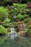 kaskadierender Wasserfall im japanischen Garten bei Portland