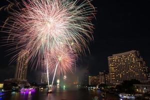 Nachtansicht und Feuerwerk in Bangkok, Thailand