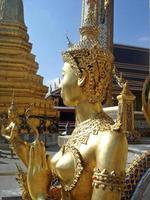 Statue einer Kinnara in Wat Phra Kaew foto
