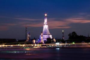 Wat Arun über Chao Phraya Fluss während des Sonnenuntergangs foto