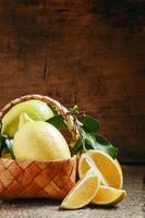 Zitronenscheiben und Zitronen mit Blättern schneiden foto
