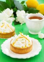 Törtchen mit Zitronencreme und Baiser. Zitronenkuchen. foto
