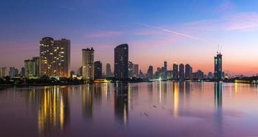 Panorama der Stadt Bangkok in der Dämmerung