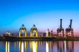 Containerfrachtfrachtschiff Arbeitskranbrücke in der Werft foto