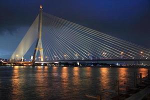 Rama8-Brücke in der Abenddämmerung in Bangkok