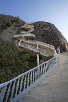 steile Stufen ragen auf Guatape Rock, die Piedra el Penol foto