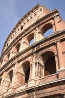 majestätisches altes Kolosseum in Rom gegen blauen Himmel, Italien foto