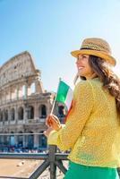 glückliche Frau mit italienischer Flagge nahe Kolosseum in Rom, Italien