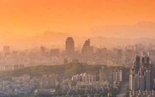 Seoul Stadt und Innenstadt Skyline im Sonnenuntergang in nebligen Tag. foto