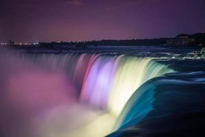 Niagara fällt nachts mit Lichtern