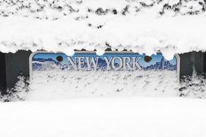 Schnee über Nummernschild foto
