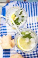 Wasser mit Zitrone foto