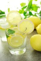 kaltes Zitronenwasser foto