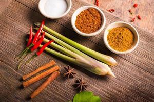 Kräuter auf Holz für thailändisches Tom Yum Food Cooking. foto