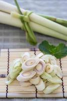 Zitronengrasscheibe auf Bambus.