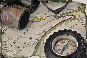 Antike italienische Karte im Hinterland von New York mit Kompass und Fernglas