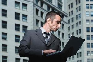 Geschäftsmann mit Laptop foto