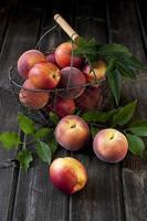 Korb mit Nektarinen und Pfirsichen foto