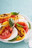 Gegrillter Pfirsich-Caprese-Salat foto