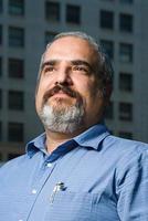 Mann in einem blauen Hemd foto