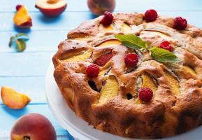 Kuchen mit Pfirsichen und Himbeeren foto