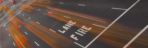 Straße mit Feuerwehr und bewegungsunscharfen Autos foto