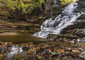 Riesentreppenwasserfall und Pool foto