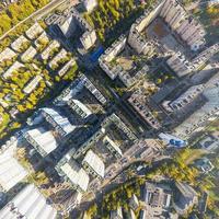 Luftbild der Stadt mit Kreuzungen, Straßen, Häusern, Gebäuden und Parks foto