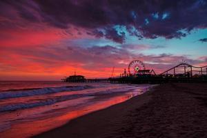 Santa Monica Pier bei Sonnenuntergang foto