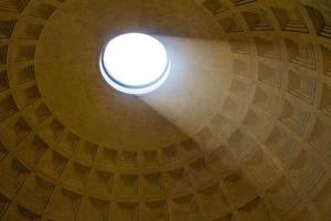 Lichtstrahl scheint durch Okulus des Pantheons foto
