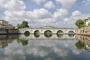 römische Brücke des Tiberius in Rimini foto