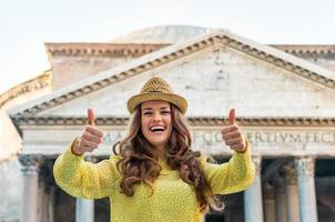 glückliche junge Frau, die Daumen oben vor Pantheon zeigt foto