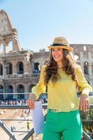 glückliche junge Frau in der Nähe von Kolosseum in Rom, Italien