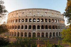 Kolosseum bei Sonnenuntergang in Rom, Italien foto