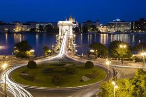 Kreisverkehr mit leichten Streifen, Brücke und Tiber foto