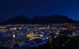 Nachtaufnahme des Tafelbergs foto