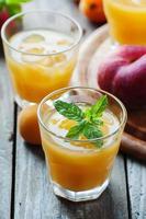 süßer frischer Pfirsichsaft mit Eis foto