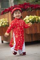 kleines Mädchen in traditioneller Kleidung foto