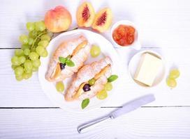 frisches Fruchtcroissant auf weißem Hintergrund foto