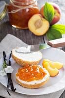 Brot mit Frischkäse und Pfirsichmarmelade foto