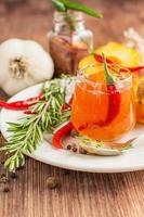Zuhause süße frische scharfe Sauce mit Pfirsichen, Pfeffer gemacht foto