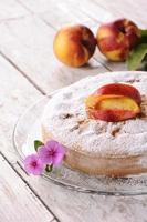 Kuchen mit Pfirsich Holztisch Nahaufnahme foto