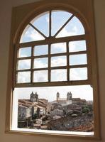 Blick auf Salvador da Bahia aus einem Fenster foto
