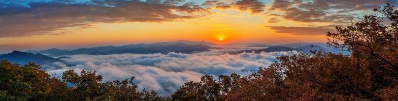 Das Seoraksan-Gebirge ist von Morgennebel und Sonnenaufgang bedeckt