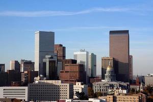eine ferne Ansicht der Ausfallzeit-Skyline von Denver Colorado foto