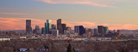 Denver Skyline in der Abenddämmerung foto