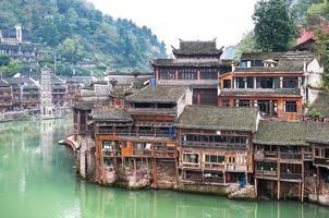Pfahlbauten am Tuojiang-Fluss in Fenghuang, China foto