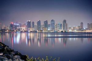 schöne Innenstadt von San Diego bei Nacht Reflexionswasser foto